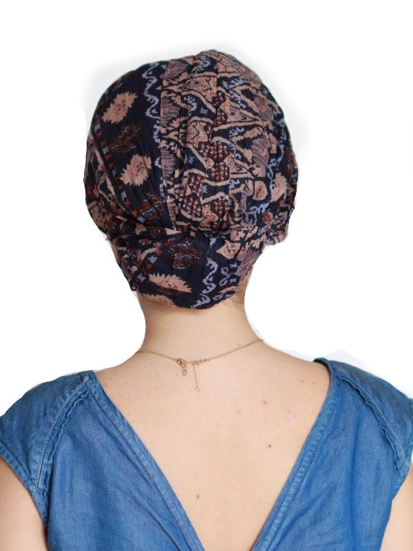 Achterkant van Top Mano Print Bruin - chemo mutsje / alopecia mutsje