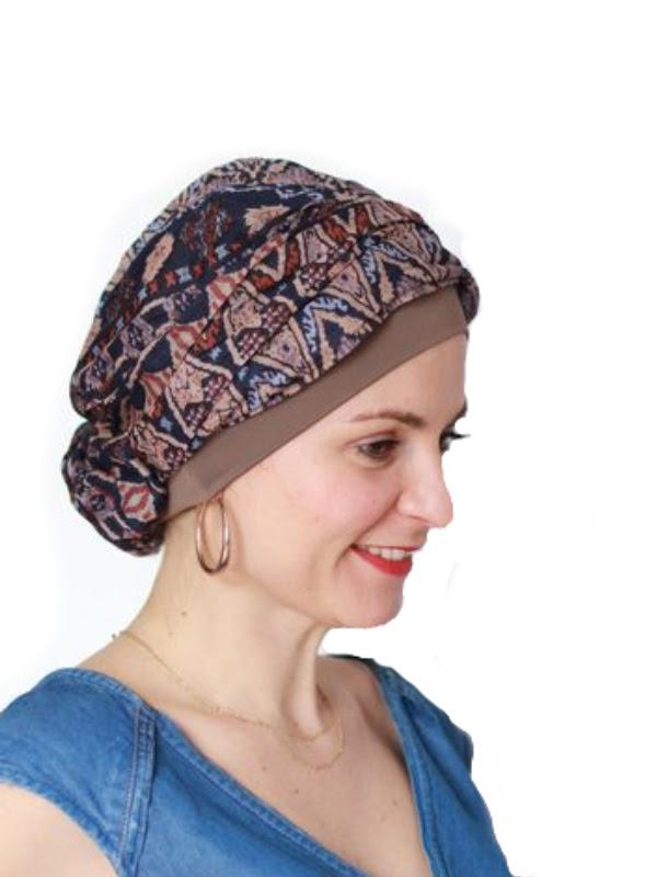 Rechterkant van Top Mano Print Bruin - chemo mutsje / alopecia mutsje